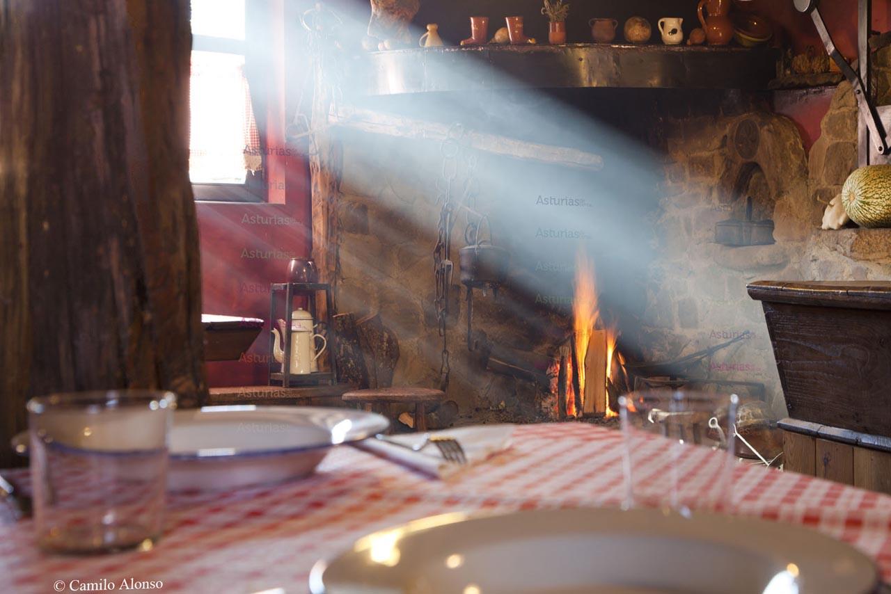 Casa de comidas El Xabú, próximo a La casona de Riomera.
