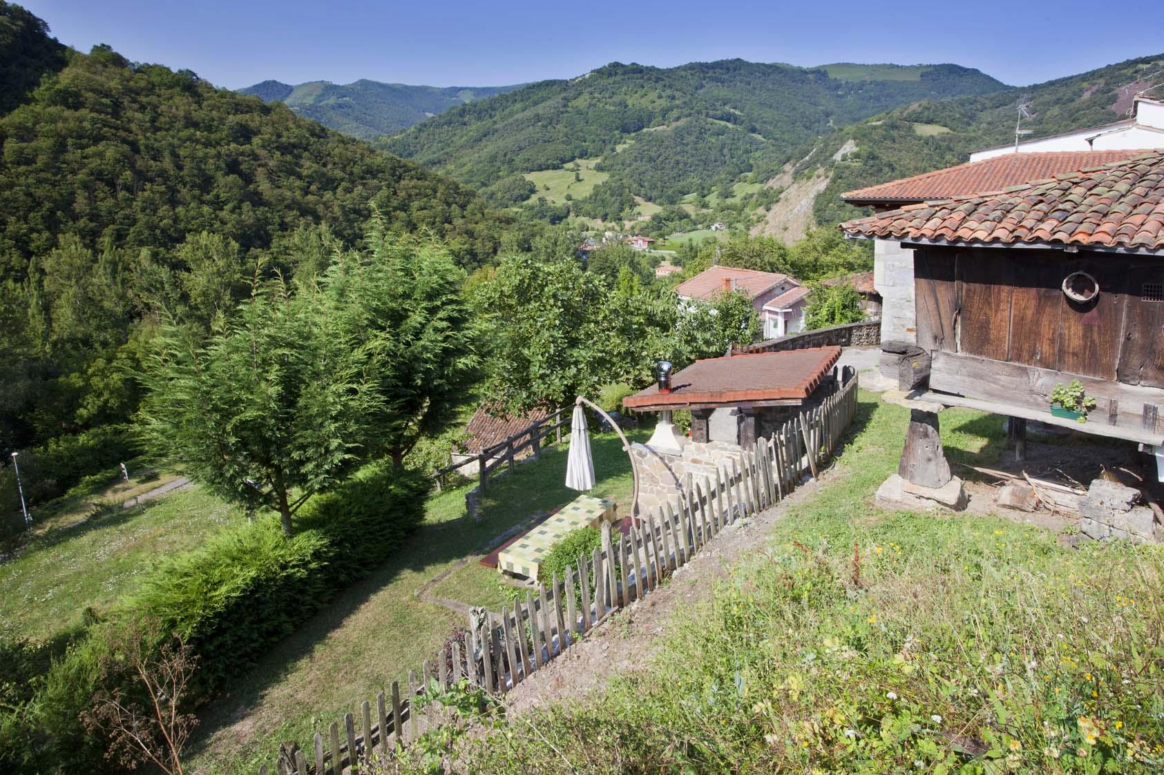 Vistas del jardín y zona de barbacoa La casona de Riomera.