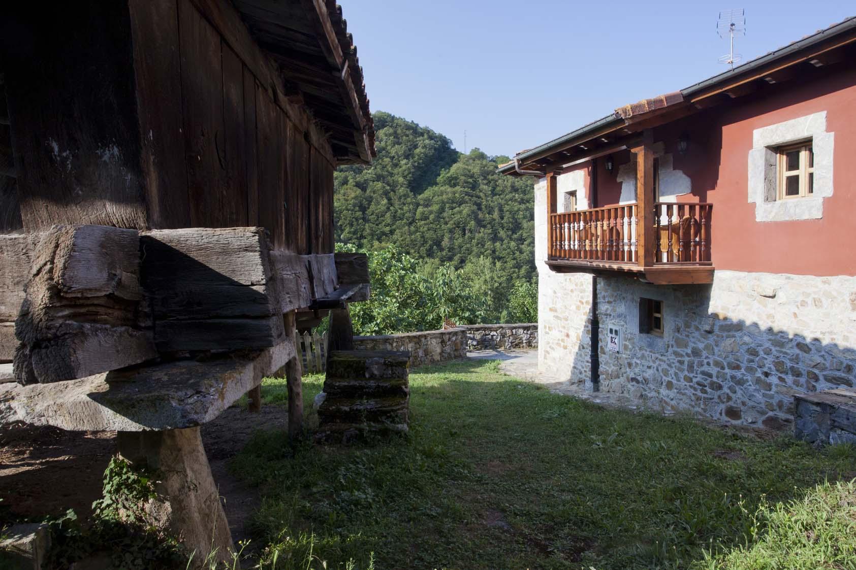 Exterior casona de Riomera. Casa de Aldea, Aller, Asturias