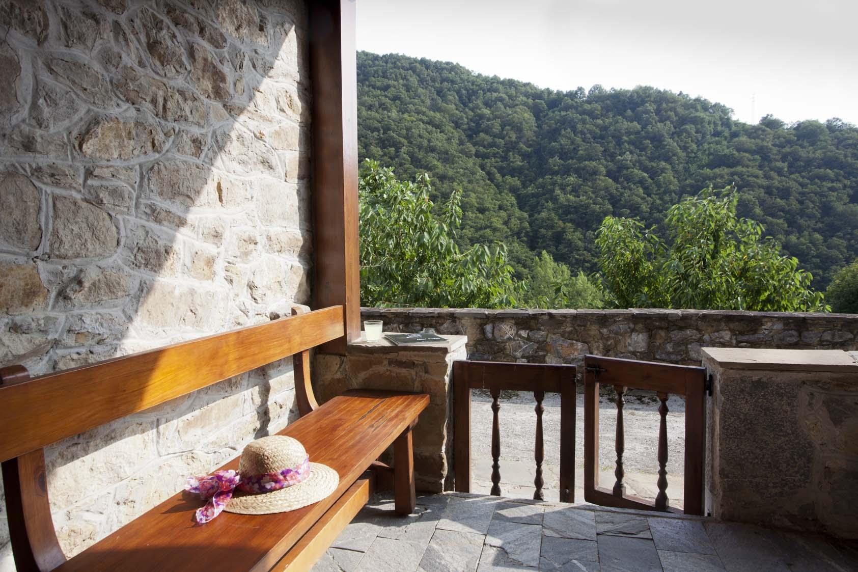 Soportal La casona de Riomera con vistas al valle.