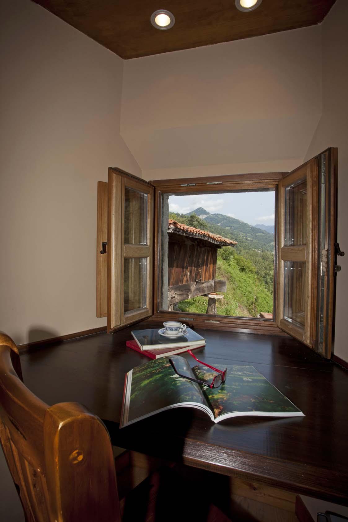 Vistas al hórreo y paisaje desde dormitorio con galería La Casona de Riomera.