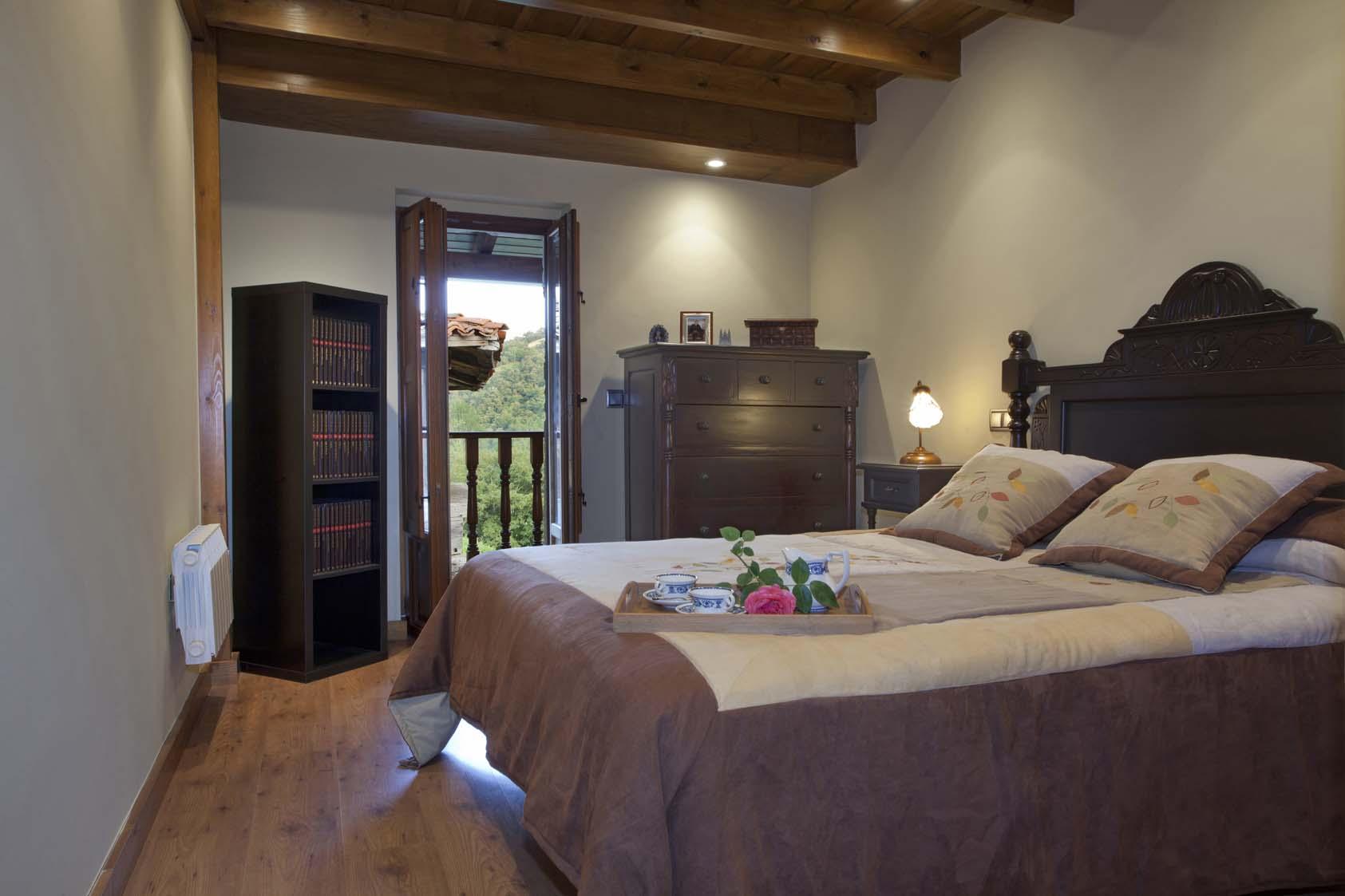 Dormitorio con corredor. La casona de Riomera.