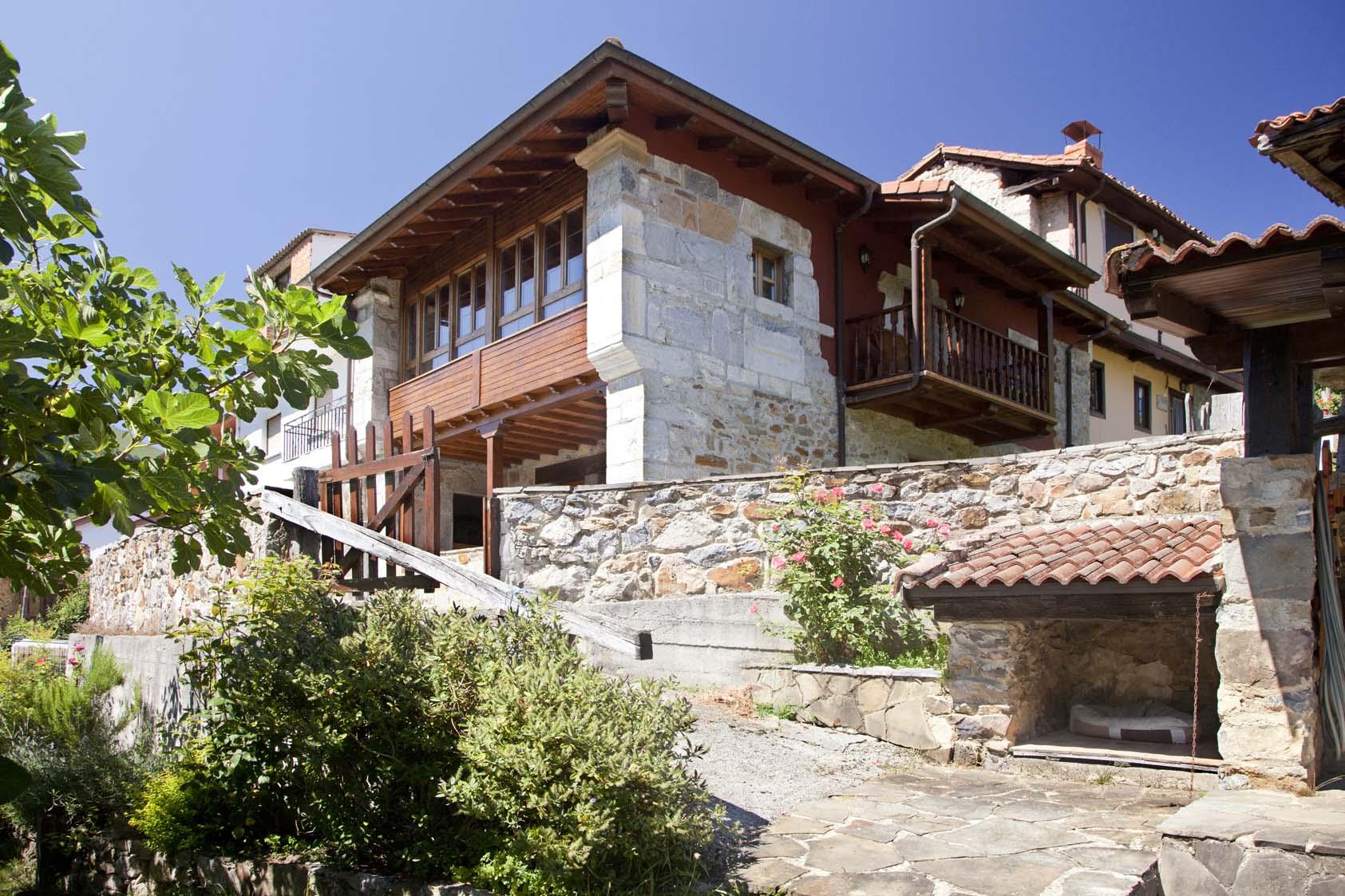 Exterior desde la barbacoa de casa de aldea La casona de Riomera en Aller, Asturias.