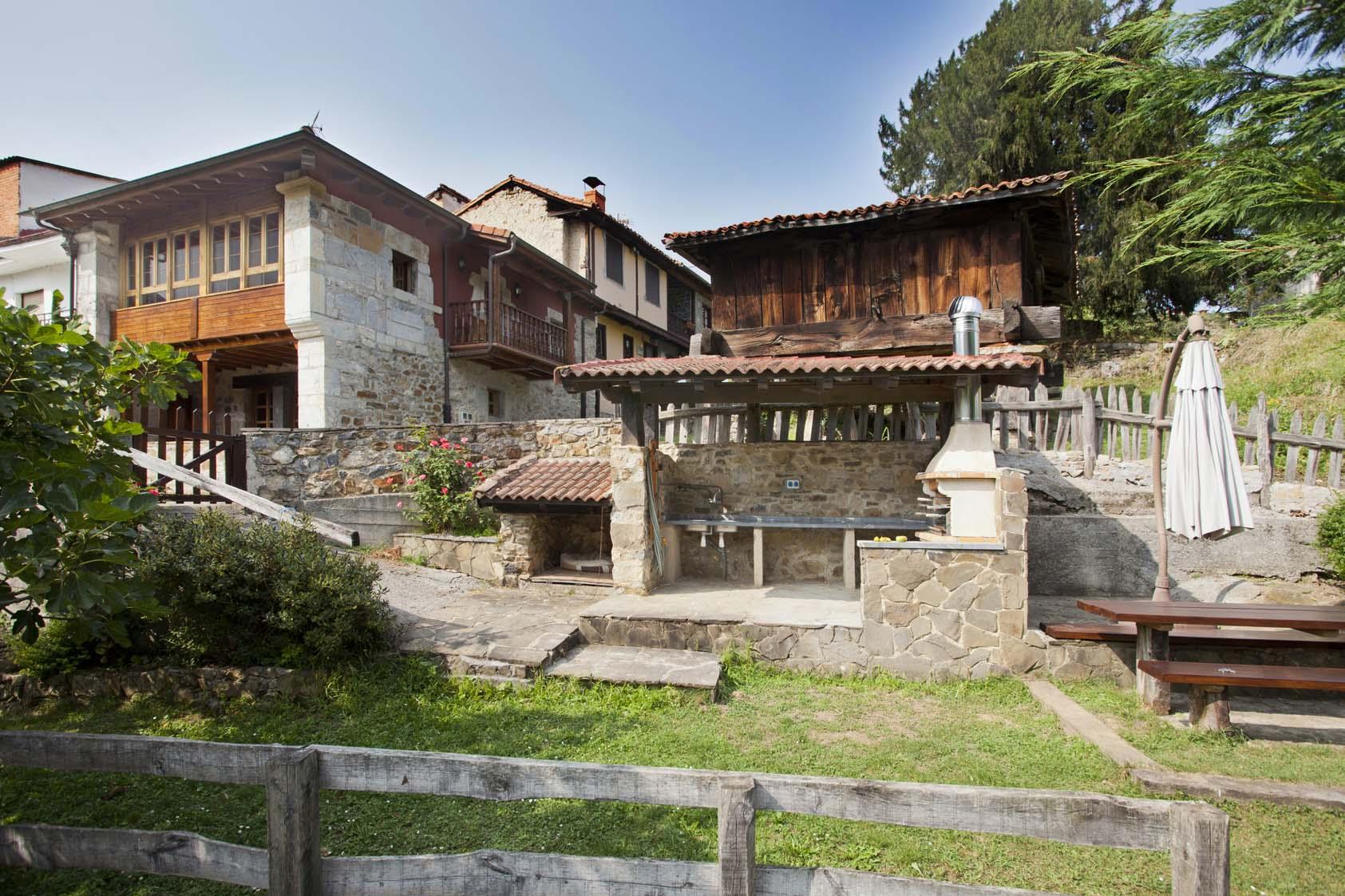 Zona ajardinada y barbacoa casa de aldea La casona de Riomera.