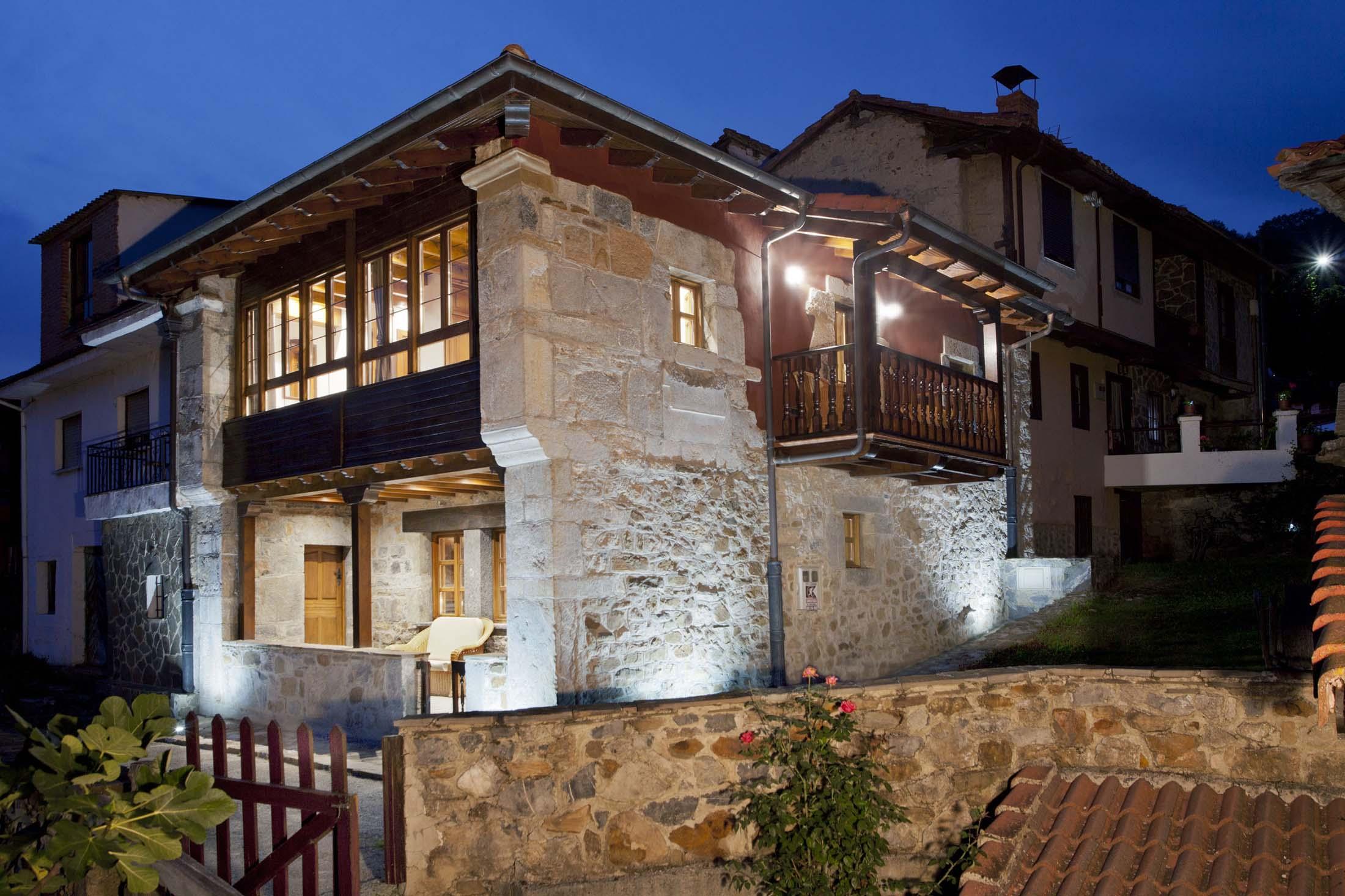 Vista nocturna La casona de Riomera. Casa de Aldea en Aller, Asturias.