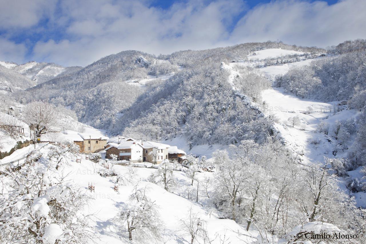 La Fuente y valle de Cardeo en invierno nevado. Aller, Asturias.