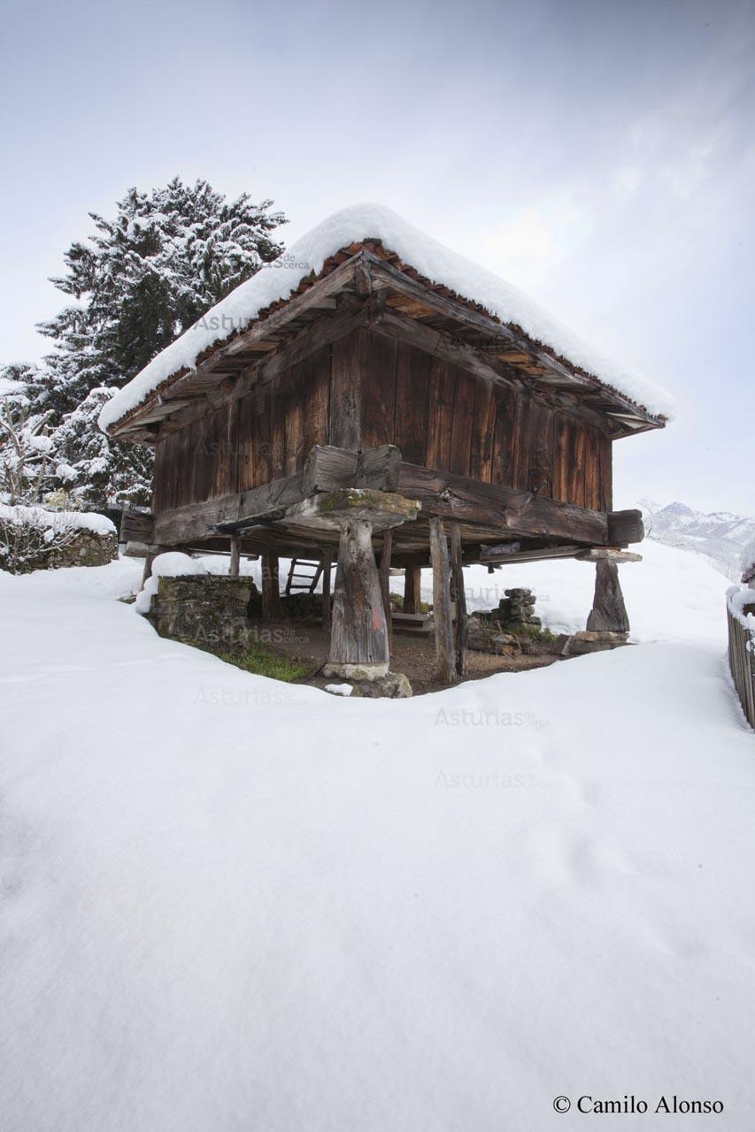 Hórreo junto a la casona de Riomera nevado. Aller, Asturias.